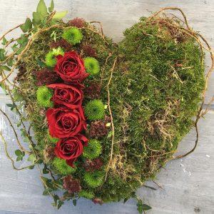 Hartvormig rouwstuk gemaakt door Bloemsierkunst Florade